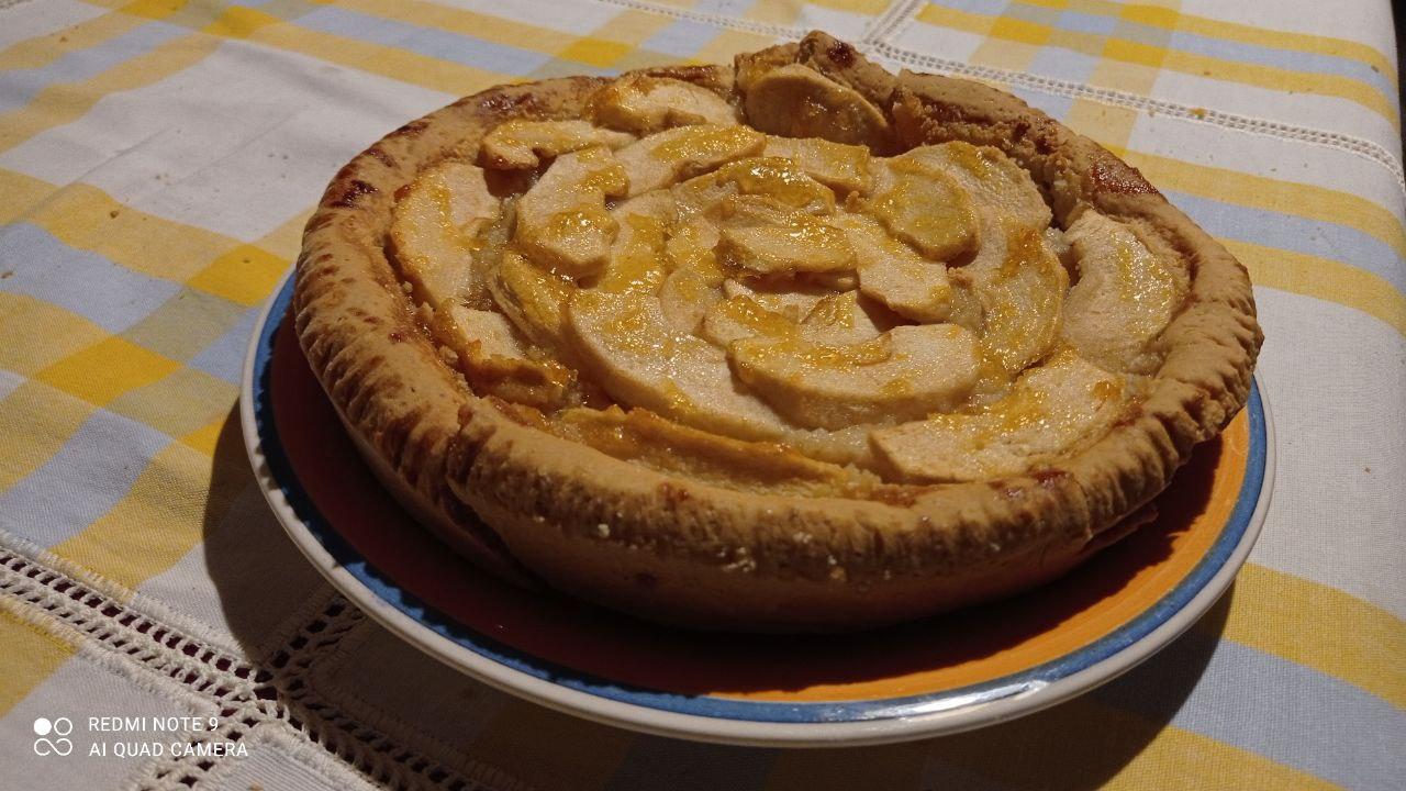 Crostata con mandrole, mele e marmellata